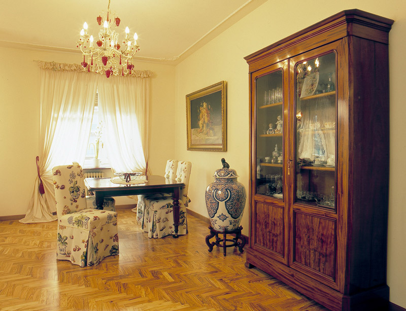 Classico in appartamento - Arredamento misto moderno e antico ...